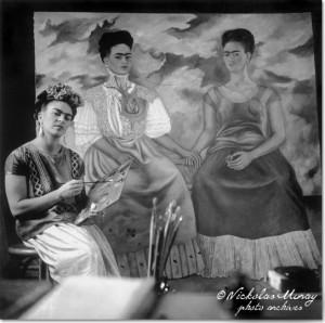 """Frida pintando """"Las dos Fridas"""", fotografía de Nicholas Muray (1939)"""