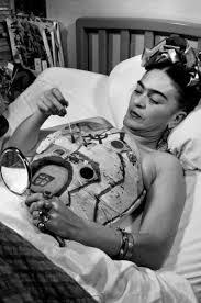 Frida pintando su corset de yeso
