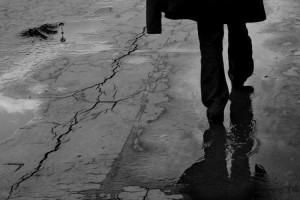 hombre se va caminando