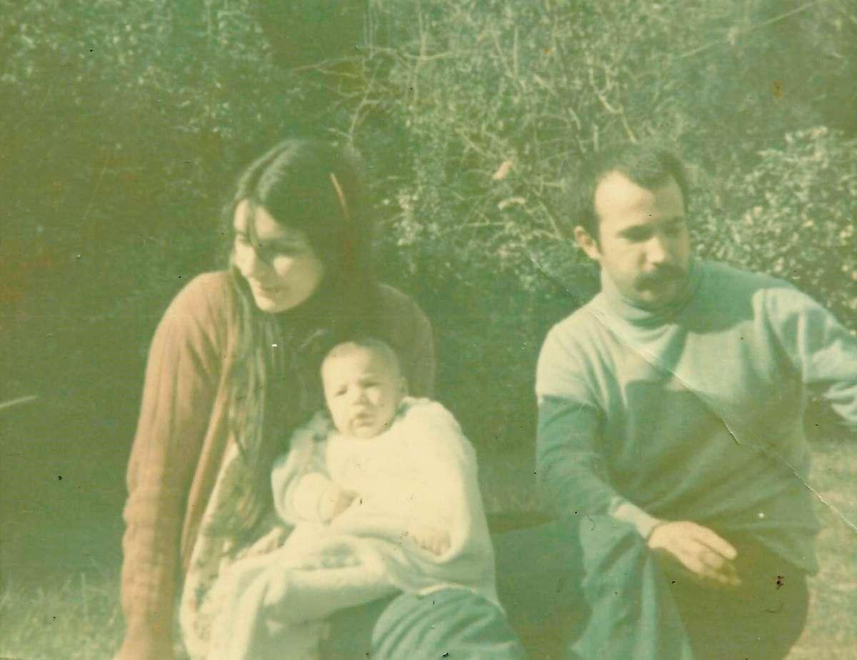 Estela, El Vasco y Martín en brazos