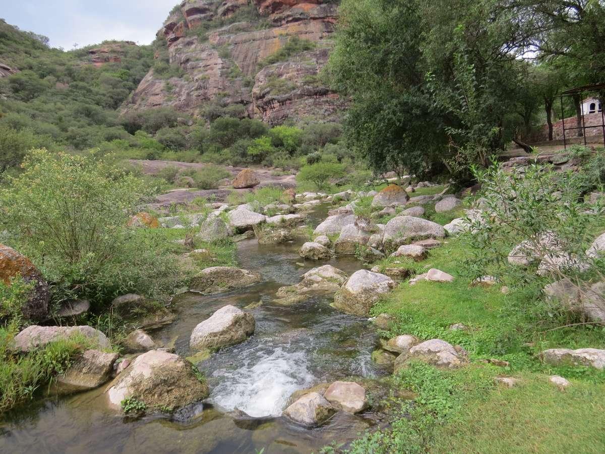 Río los Tártatagos, rodea la casa de Don Ata, mientras, canta entre las piedras.