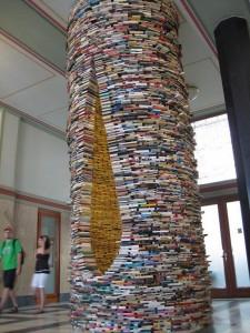 Torre del libros en la entrada de la Biblioteca Pública de Praga