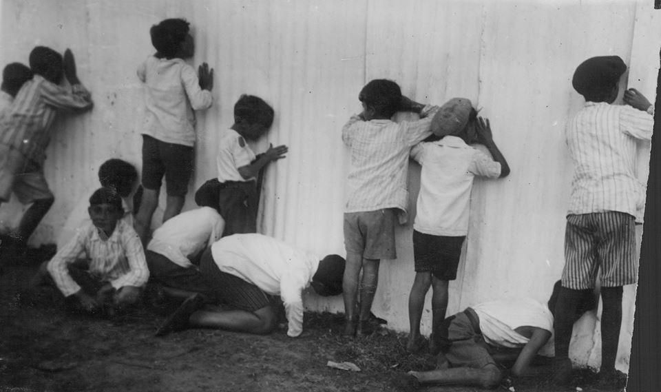 Niños espiando el Circo, 1935. Archivo General de la Nación