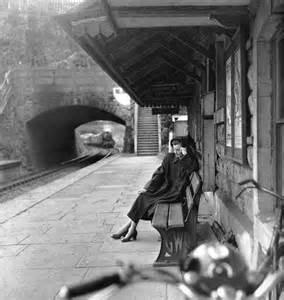 R. Varela- Mujer sentada en la estación(foto 7)