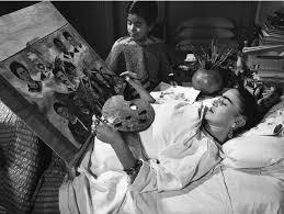 Frida Kahlo pintando desde su cama