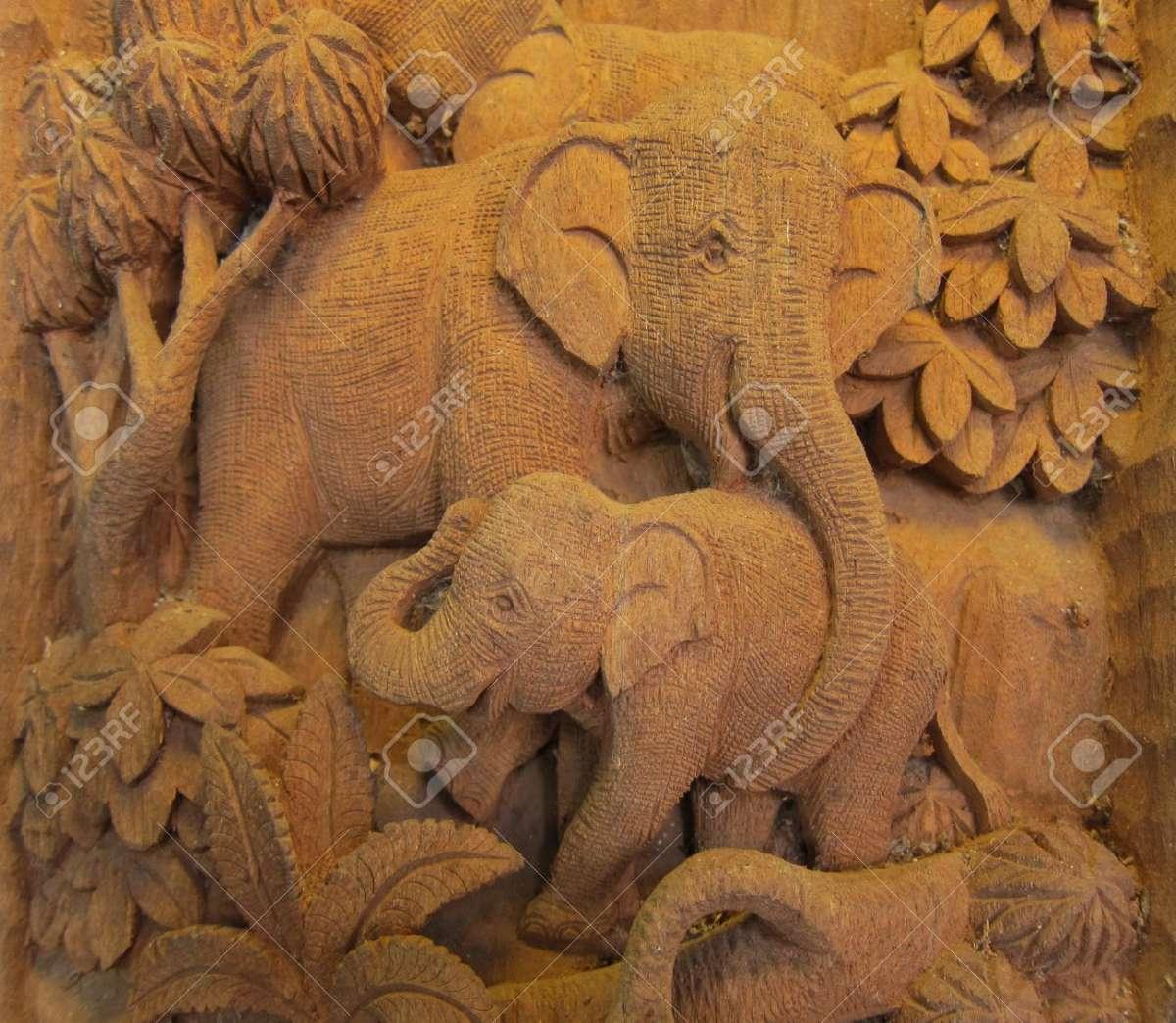 Elefante-Tallado-en-Bosque-Alto-relieve-y-la-escultura-en-Tailandia-