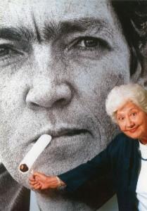 Sara encendiendo el cigarrillo a Cortázar - web