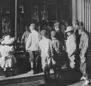 Navidad. Niños mirando juguetes. Archivo General de la Nación