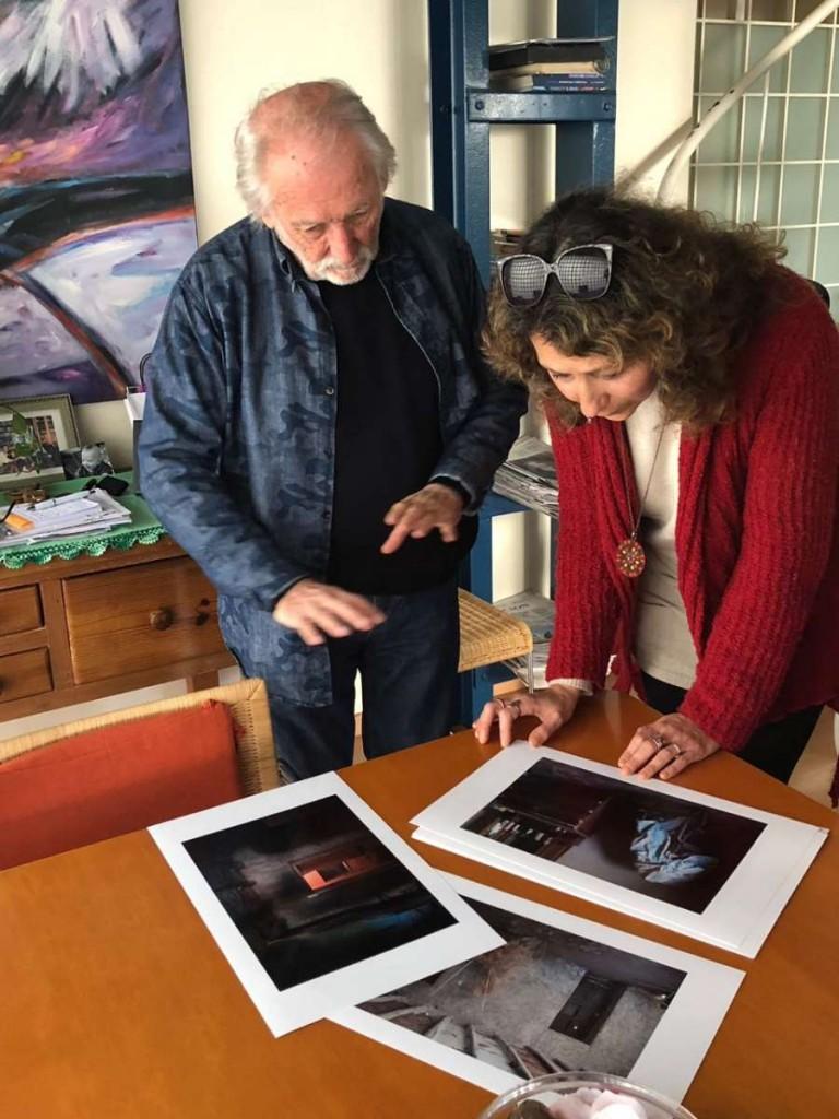 Oscar Pintor con el Anartista y sus fotos inéditas. Fotografía: Carolina Diéguez.