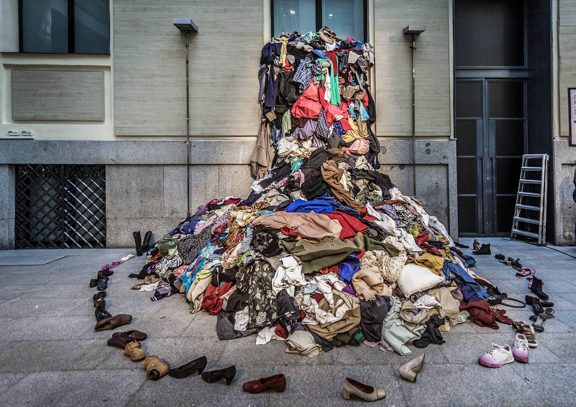 Instalación artística en el marco de la cita 'El intercambiador de ropa', que se celebra en La Casa Encendida de Madrid.