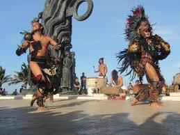 Danzantes aztecas culturales,en la Plaza del Zócalo, México actual.