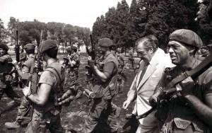 Raúl Alfonsín rodeado de carapintadas