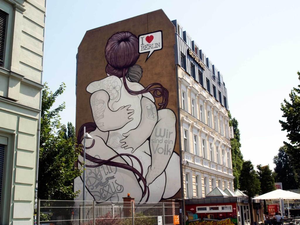 """Boa Mistura. """"El abrazo"""". Arte Urbano, Berlín."""