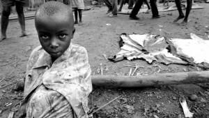 Una niña que huye de Kigali, la capital ruandesa devastada por la guerra, el 27 de mayo de 1994. Alexander Joe - AFP
