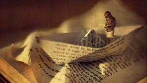 nino-leyendo-un-libro-sobre-un-barco-de-papel-1024x576
