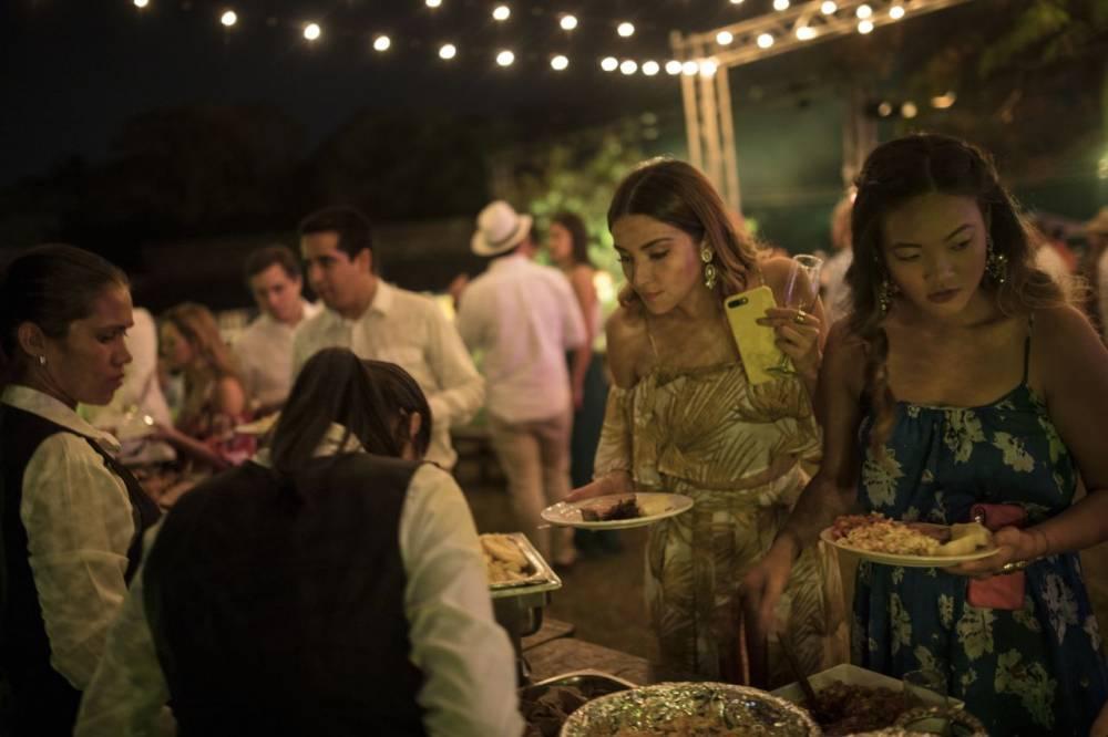Huéspedes de la boda se sirven comida en la Hacienda Camburito de Acarigua. 16 de febrero de 2019.
