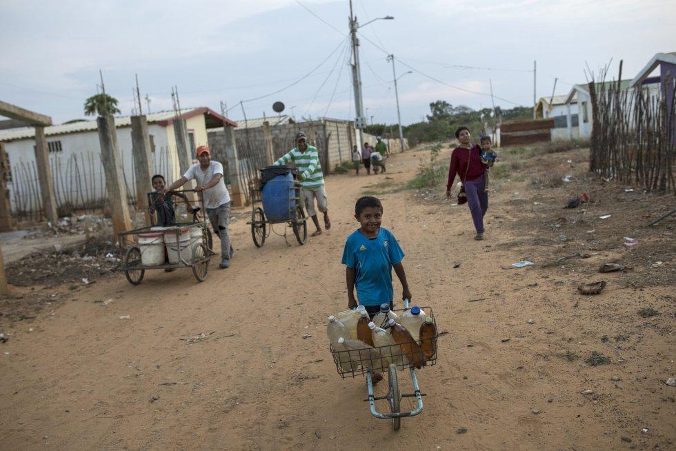 Residentes del barrio Villa Esperanza transportan envases con agua potable. Maracaibo, XXX de 2019.