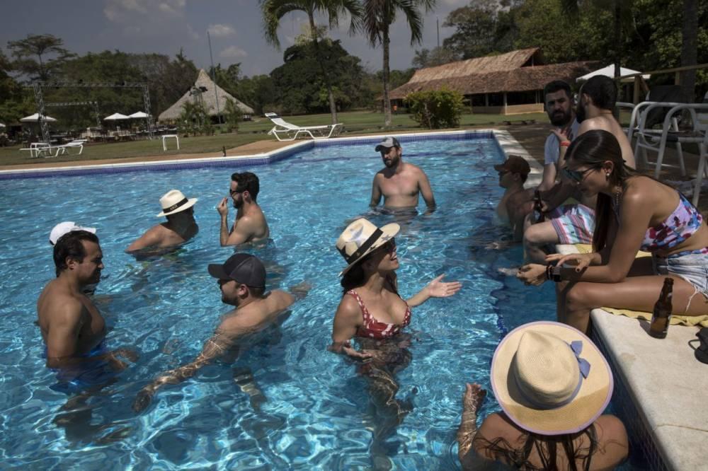 Los invitados disfrutan de la piscina.