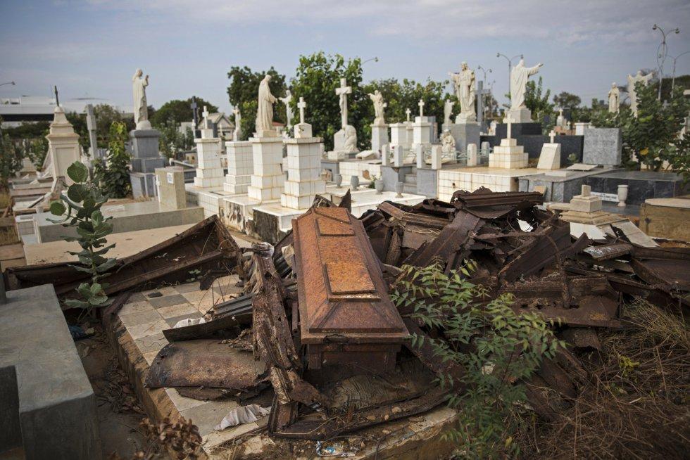 """Tumbas saqueadas en el cementerio de El Cuadrado. """"De aquí se llevaron hasta los dientes de oro de los muertos"""" dijo José Antonio Ferrer, encargado de camposantos. Maracaibo, XXX 2019."""