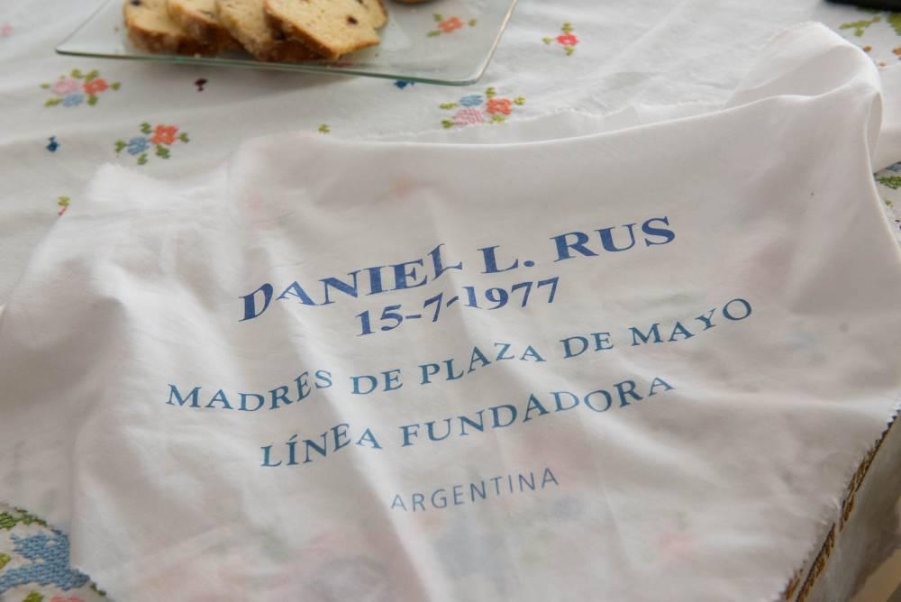 Pañuelo con el nombre de Daniel Rus perteneciente a Sara Rus. Fotografía: Diego Grispo.