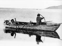 Dos yaganes en canoa de tronco
